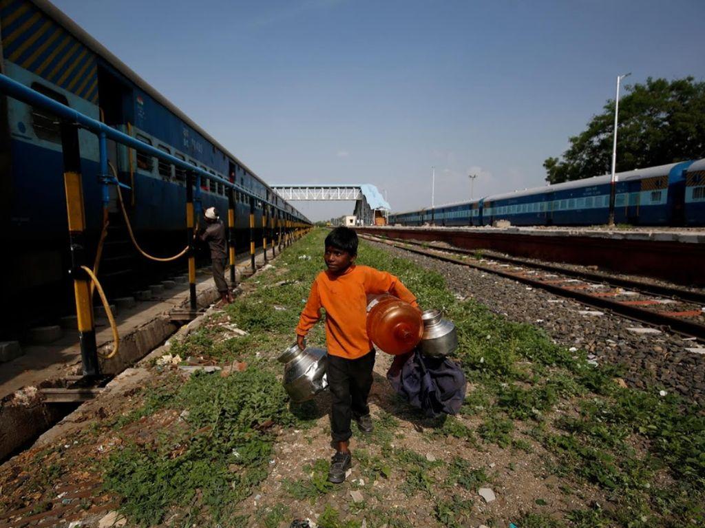 Potret Bocah India yang Tiap Hari Angkut Air Naik Kereta