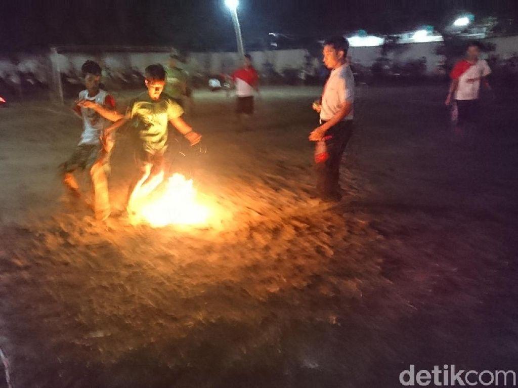 Turnamen Sepak Bola Api Sambut Hari Santri di Tulungagung