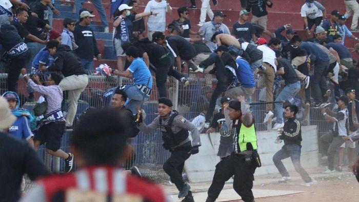 Ilustrasi kerusuhan suporter PSIM Yogyakarta. (Foto: Prasetia Fauzani/Antara)