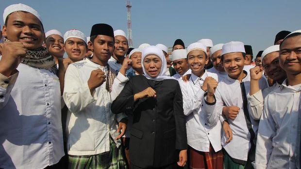 Gubernur Jatim Khofifah Indar Parawansa menyebut Stadion GBT bau sampah. (