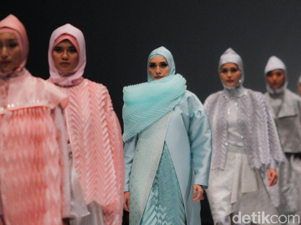Khasanah Tekstil Sumatra Barat dalam Busana Modern di Jakarta Fashion Week