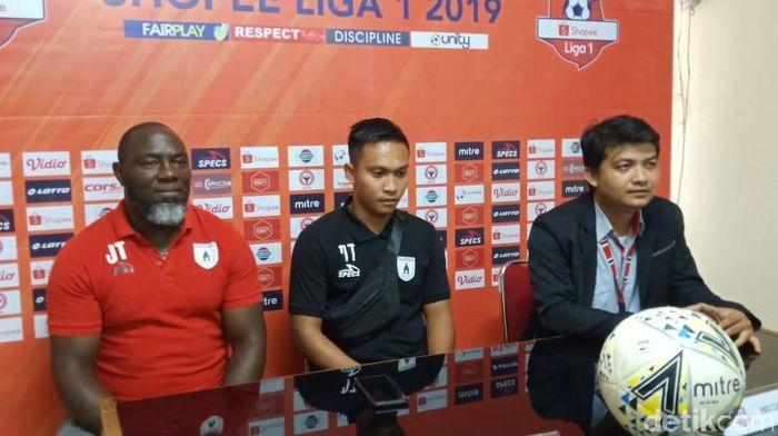 Pelatih Persipura Jayapura Jacken F. Tiago (kiri). (Foto: Jeka Kampai/detikSport)