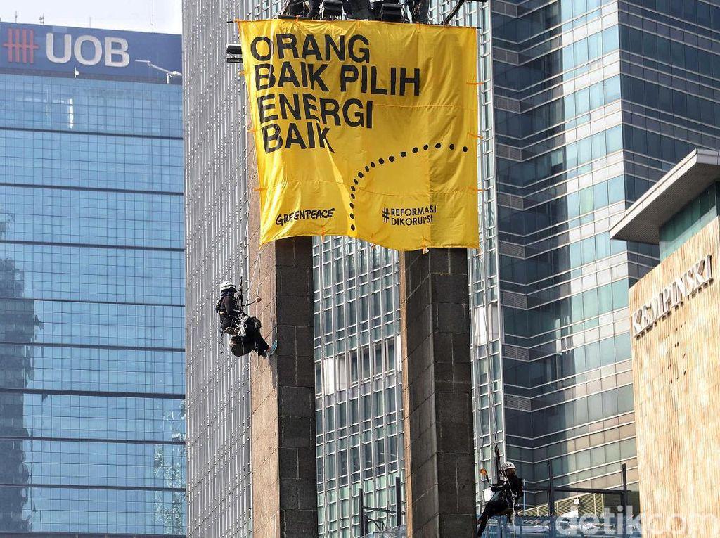 Spanduk Kuning Greenpeace Juga Mejeng di Patung Bundaran HI