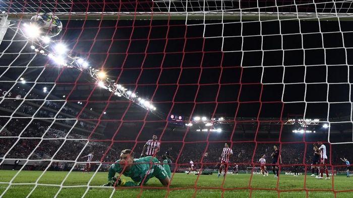 Kemenangan tipis di Olympiakos menegaskan lemahnya lini belakang Bayern Munich. (Foto: Aris Messinis / AFP)