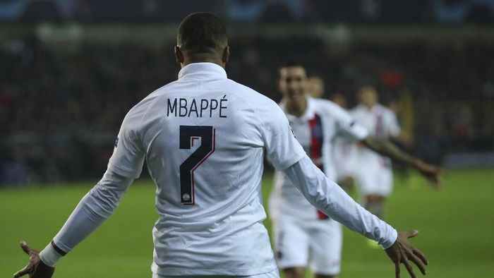 PSGs Kylian Mbappe, left, jubilates with PSGs Angel Di Maria, center, after his side won a Champions League Group A soccer match between Club Brugge and Paris Saint Germain at the Jan Breydel stadium in Bruges, Belgium, Tuesday, Oct. 22, 2019. (AP Photo/Francisco Seco)