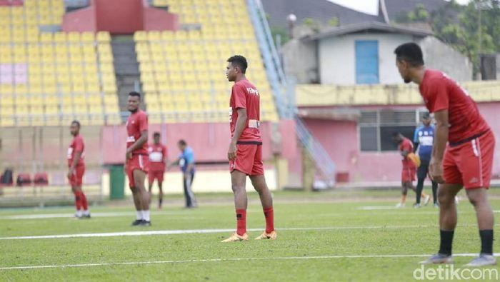 Pemain Persipura Jayapura berlatih di Stadion Haji Agus Salim, Padang. (Foto: Jeka Kampai/detikSport)