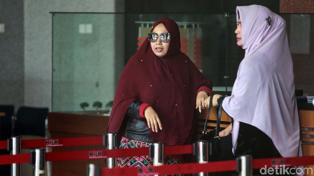 Berkacamata, Istri Imam Nahrawi Penuhi Panggilan KPK