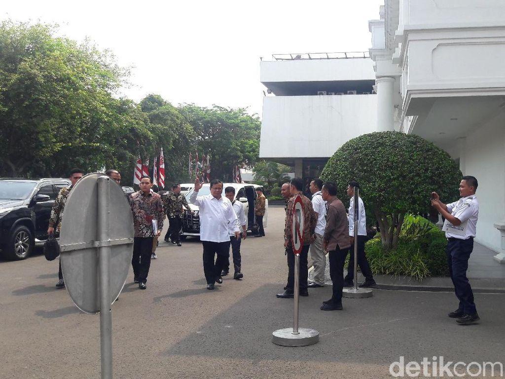 Menhan Prabowo-Mendikbud Nadiem Hadiri Sidang Kabinet Perdana