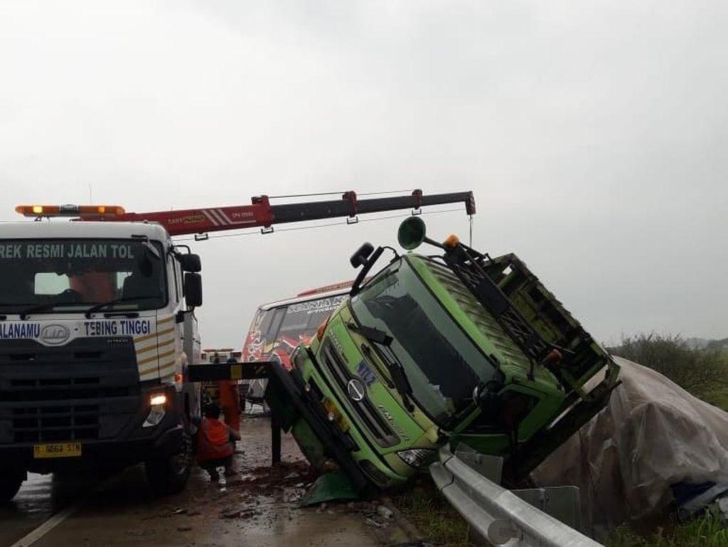 Kecelakaan Bus dan Truk di Tol Tebing Tinggi, 1 Tewas-11 Orang Terluka