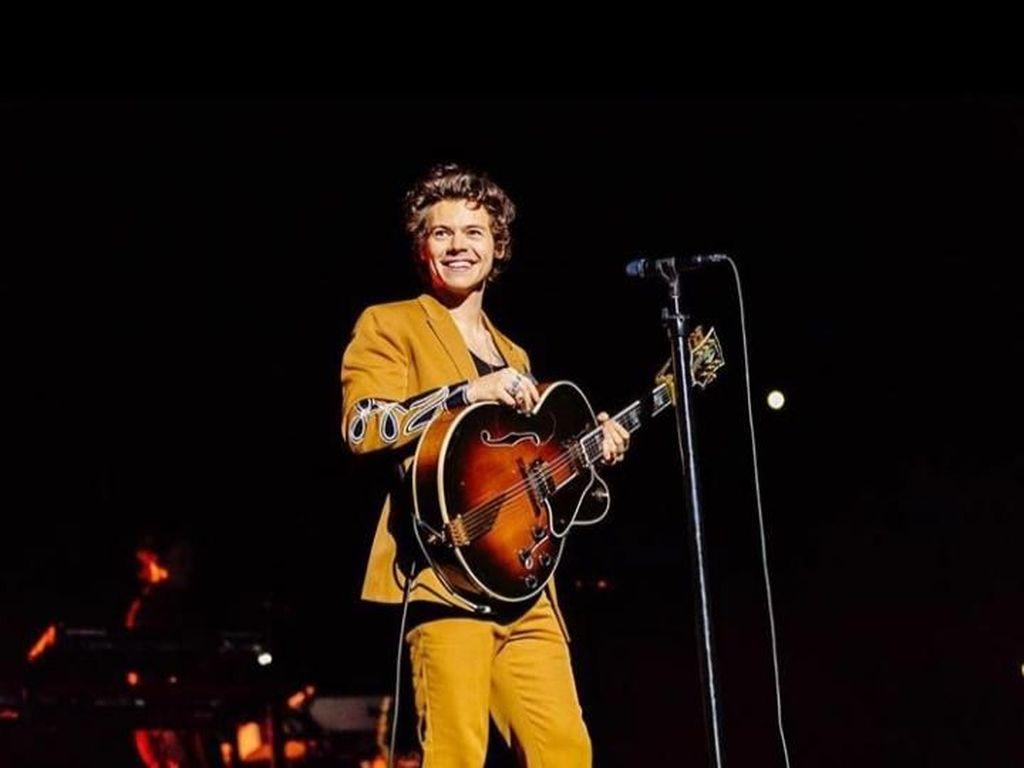 Sweet! Ini Alasan Harry Styles Tunda Tur Konser