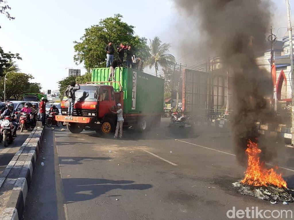 Tuntut Plt Kapolri Tindak Aparatnya, Mahasiswa di Makassar Blokir Jalan