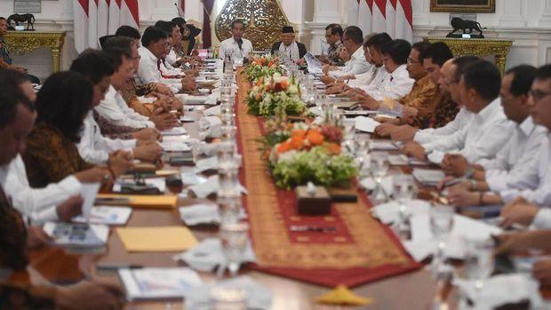 Presiden Joko Widodo (kiri) didampingi Wakil Presiden Ma'ruf Amin (kanan) memimpin sidang kabinet paripurna di Istana Merdeka, Jakarta, Kamis (24/10/2019). Sidang kabinet paripurna itu merupakan sidang perdana yang diikuti menteri-menteri Kabinet Indonesia Maju. ANTARA FOTO/Akbar Nugroho Gumay/hp.