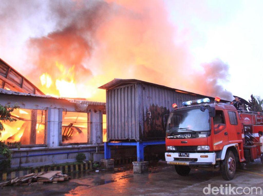 Mesin Tekstil Diduga Picu Kebakaran Pabrik di Cikancung Bandung