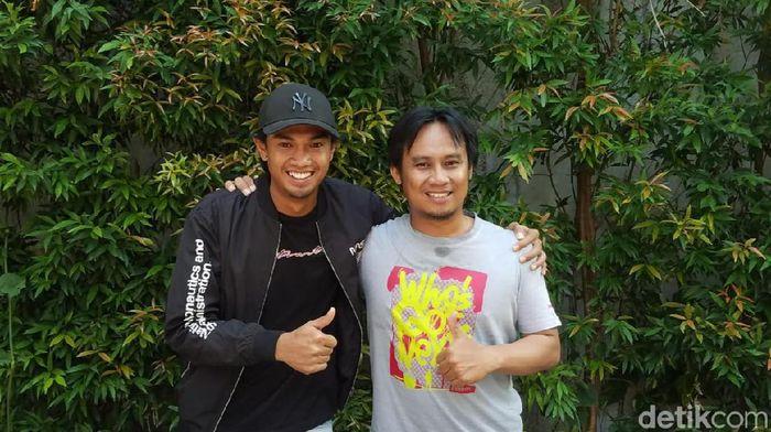 Achmad Hisyam Tolle (kiri) bersama jurnalis Goal.com Indonesia Lukas Budi Cahyono. (Foto: Pradito Rida Pertana/detikSport)
