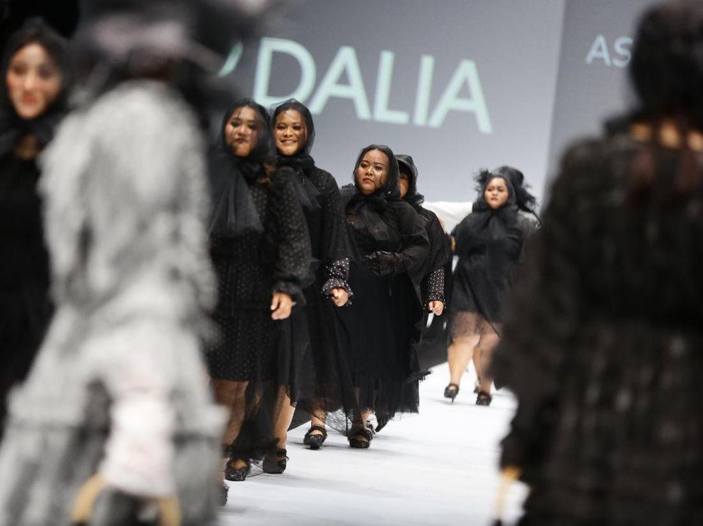 Foto: Aksi Artis dan Influencer Bertubuh Plus Size di Fashion Show Barli Asmara