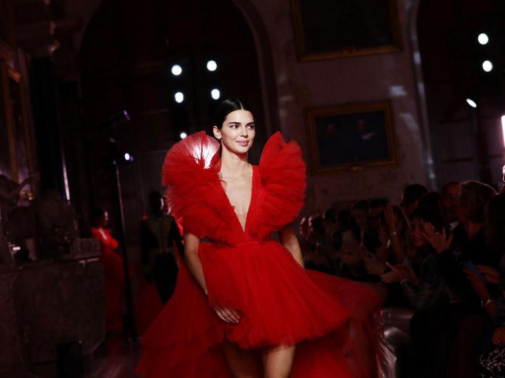 Foto: Cantiknya Kendall Jenner di Catwalk H&M x Giambattista Valli