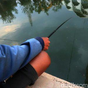 Yuk! Menikmati Sore Sambil Memancing di Danau Masjid Al Jabbar