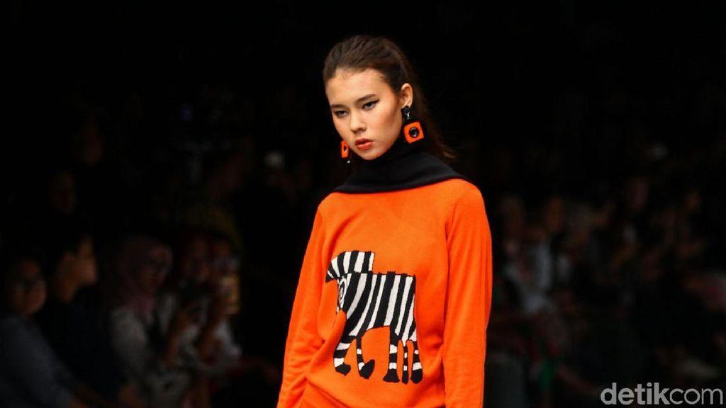 Foto: Aksi Model Difabel Warnai Catwalk Jakarta Fashion Week 2020