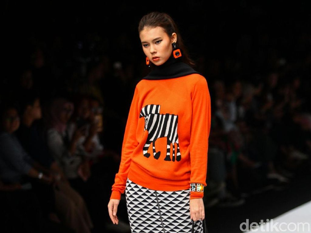 Foto: Aksi Model Difabel Warnai Catwalk Jakarta Fashion Week 2020