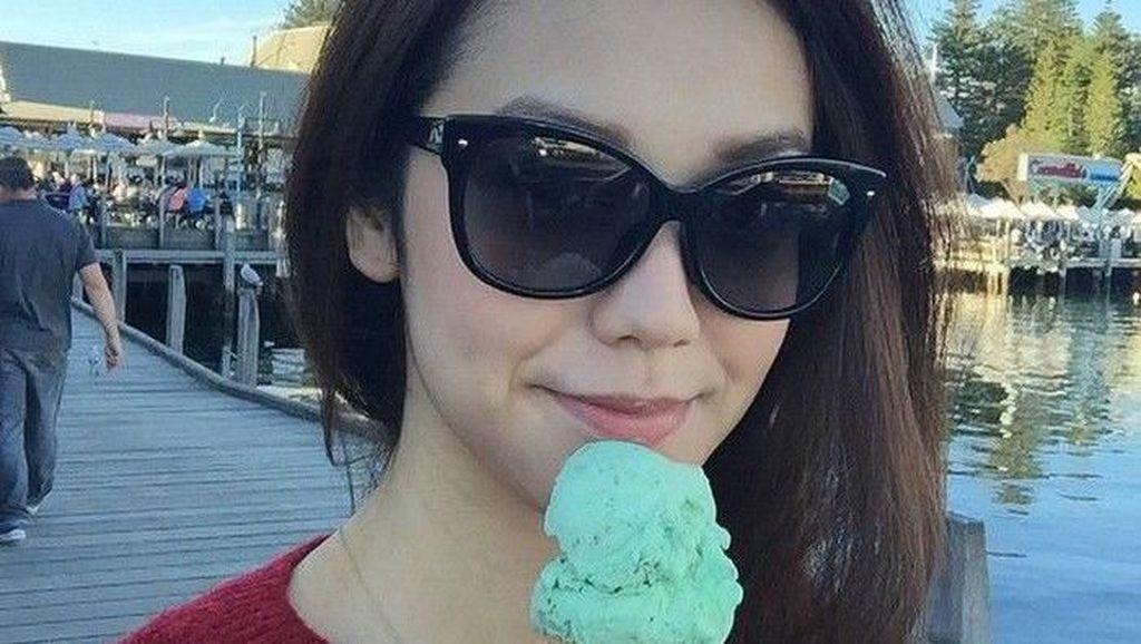 10 Pesona Artis Cantik dan Tampan Indonesia Saat Makan Es Krim