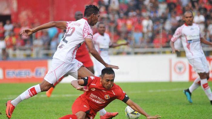 Semen Padang saat menghadapi Persipura Jayapura. (ANTARA FOTO/Iggoy el Fitra)