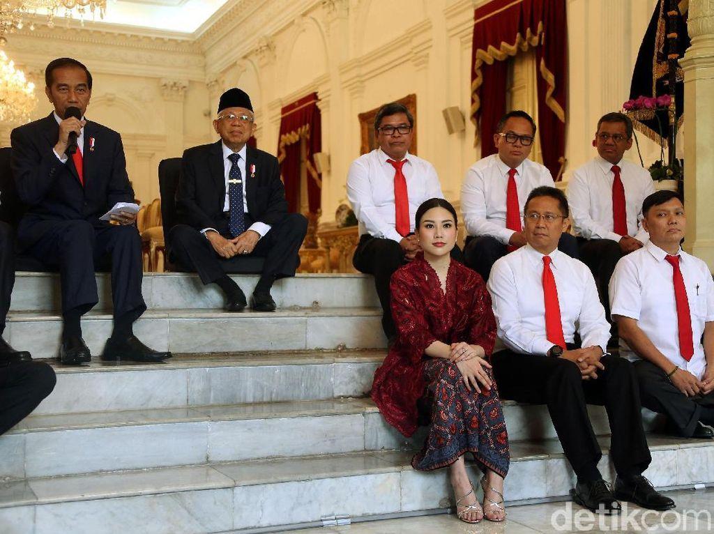 Berkebaya Merah, Angela Tanoesoedibjo Memesona di Pelantikan Wamen