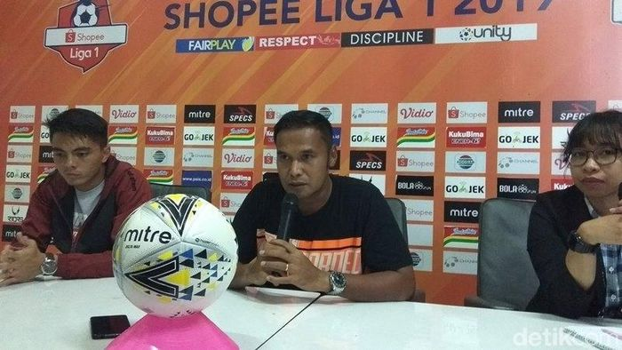 Charis Yulianto, asisten pelatih Borneo FC (tengah) (Eko Susanto/detikSport)