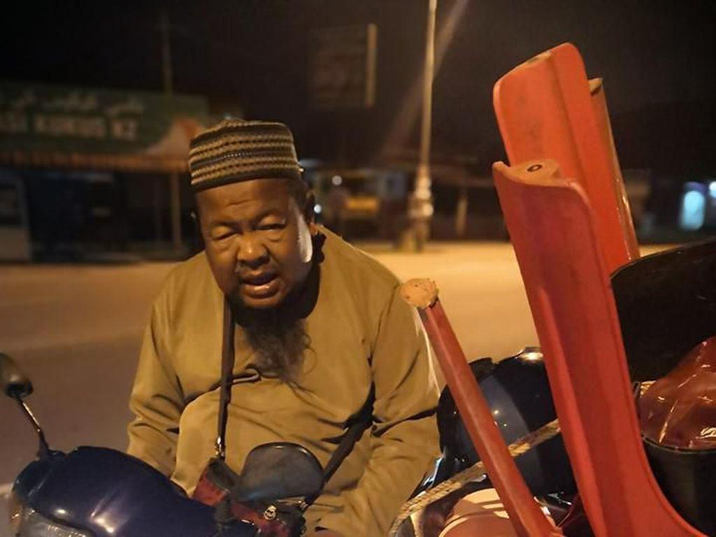 Foto Viral Bocah Tidur di Motor Usai Bantu Kakeknya Jualan Bikin Terenyuh