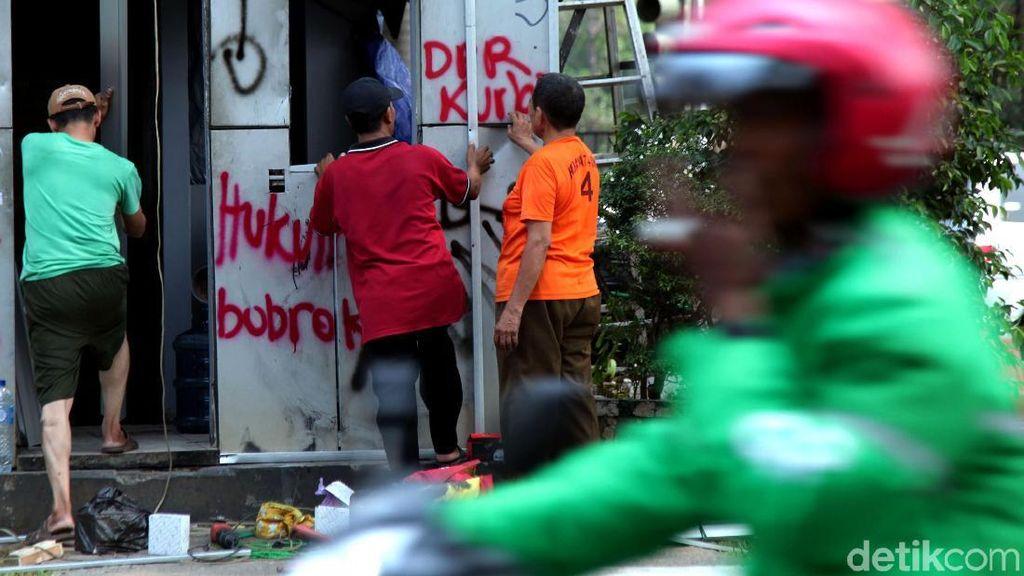 Pos Polisi Sisa Bentrok Mahasiswa Mulai Diperbaiki