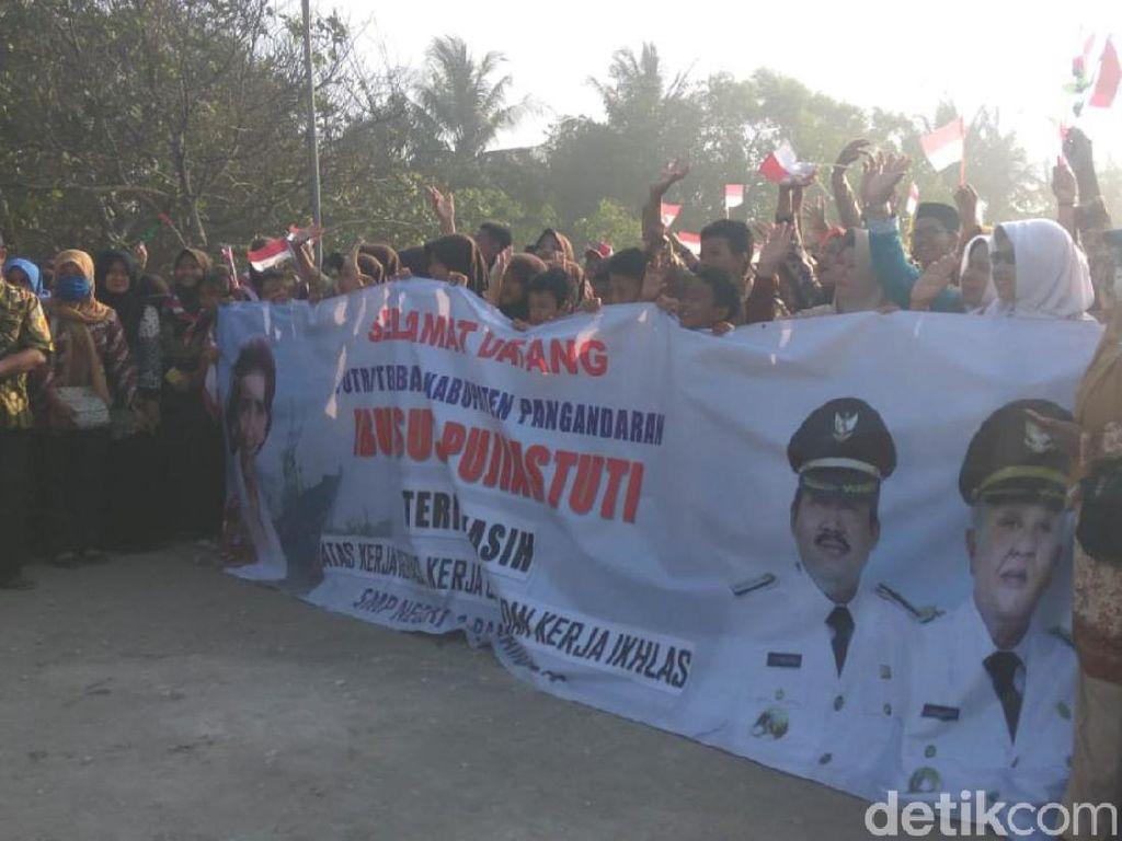 Pulang Kampung, Susi Pudjiastuti Disambut Meriah Warga Pangandaran