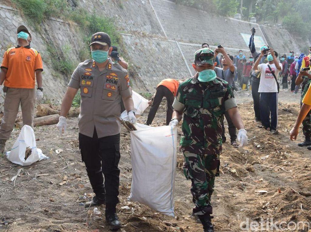 Antisipasi Banjir, Ratusan Petugas Gabungan Trenggalek Gelar Aksi Bersih Sungai