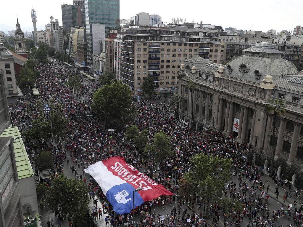 Presiden Chile Rombak Kabinet Guna Meredam Aksi Protes