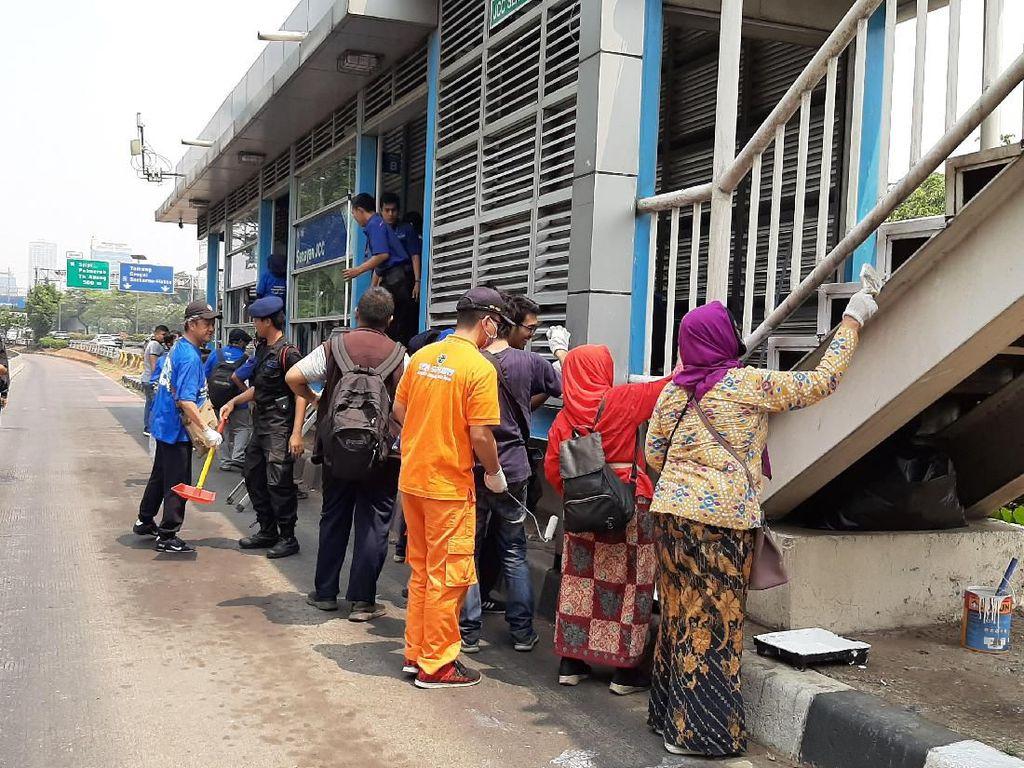 Lawan Vandalisme, Sejumlah Komunitas Bersih-bersih Halte TransJ