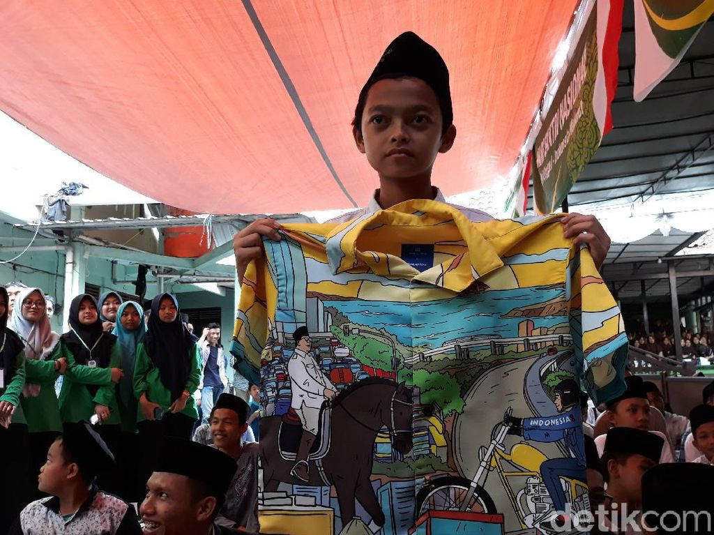 Gibran Beri Santri Hadiah Kemeja Bergambar Jokowi-Prabowo