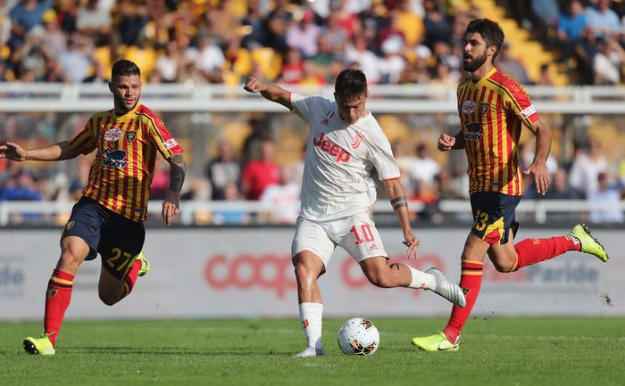LECCE, ITALY - OCTOBER 26:  Marco Calderoni (L) and Luca Rossettini (R) of Lecce competes for the ball with Paulo Dybala of Juventus during the Serie A match between US Lecce and Juventus at Stadio Via del Mare on October 27, 2019 in Lecce, Italy.  (Photo by Maurizio Lagana/Getty Images)