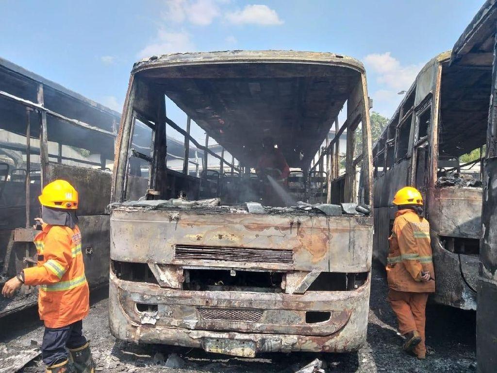 Belasan Bangkai Bus Terbakar di Pangkalan Damri Bandung