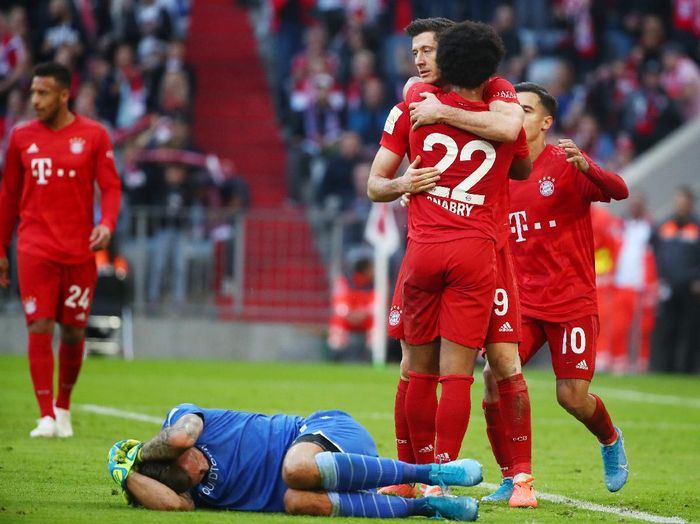 Soccer Football - Bundesliga - Bayern Munich v 1. FC Union Berlin - Allianz Arena, Munich, Germany - October 26, 2019  Bayern Munichs Serge Gnabry celebrates with team mates as 1. FC Union Berlins Rafal Gikiewicz reacts after sustaining an injury    REUTERS/Michael Dalder  DFL regulations prohibit any use of photographs as image sequences and/or quasi-video
