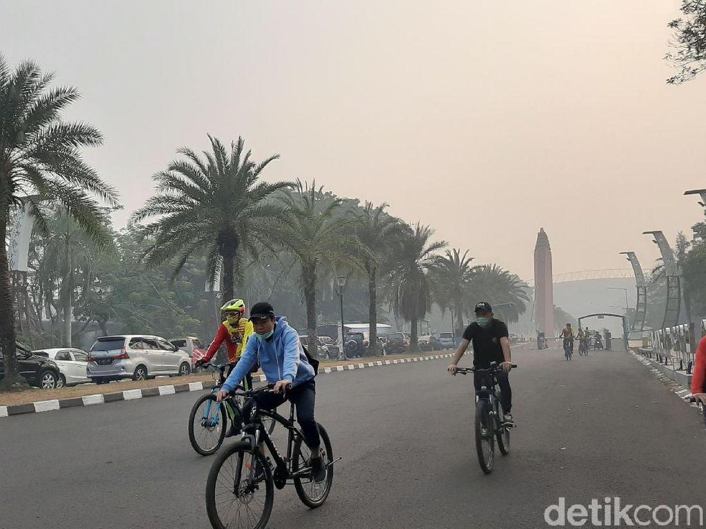 Warga Palembang Olahraga Pakai Masker di Tengah Kepungan Kabut Asap