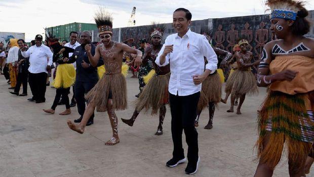 Jokowi Ajak Iriana Nikmati Senja di Kaimana Papua Barat