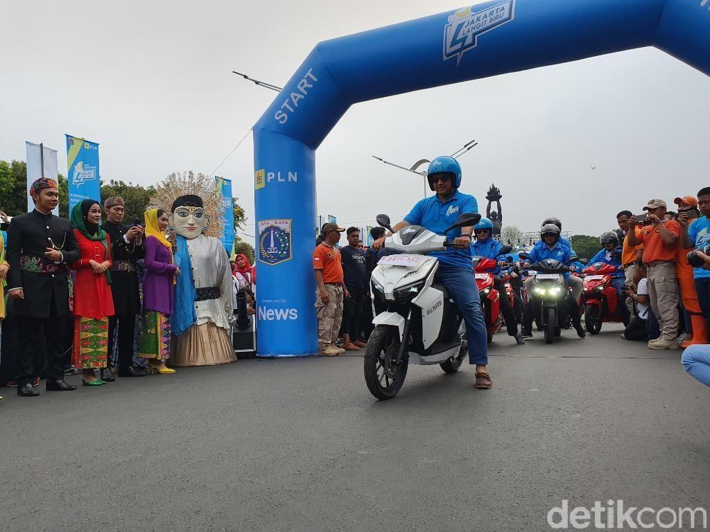 Naik Motor Listrik, Anies Ikut Konvoi Jakarta Langit Biru