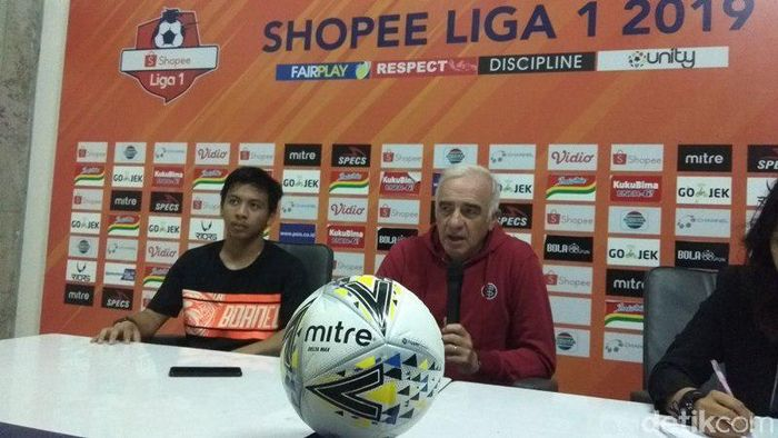 Pelatih Borneo FC Roberto Carlos Mario Gomez (tengah). (Foto: Eko Susanto/detikSport)