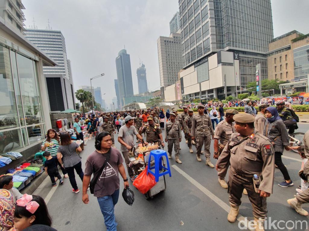 PKL Jualan di Tengah Jalan saat CFD Ditertibkan Satpol PP
