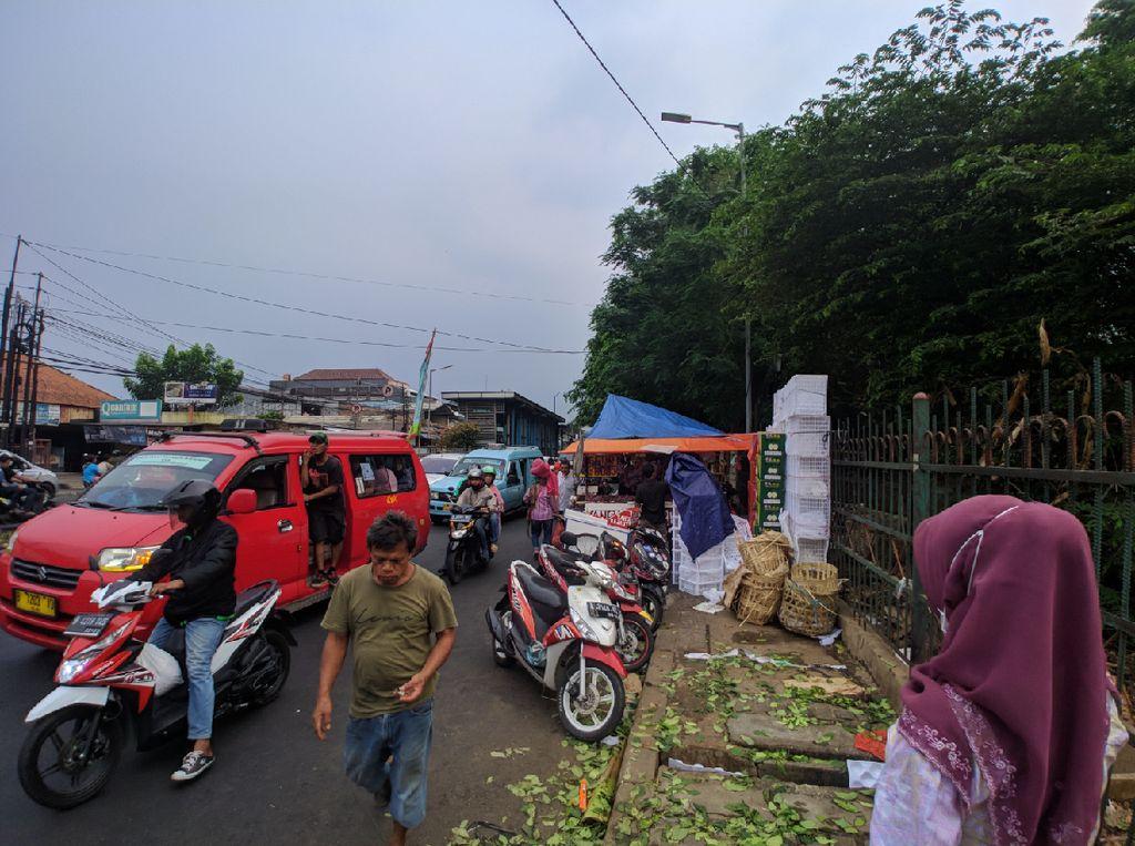 Trotoar Jalan Raya Bogor Kotor, Banyak Sampah Daun hingga Keranjang Nyangkut