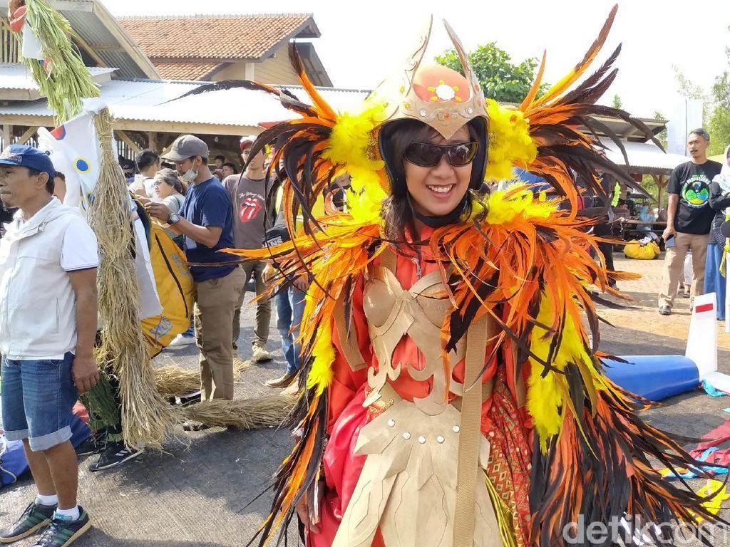 Uniknya Kostum Peserta Paralayang dalam Fly Festival di Sumedang