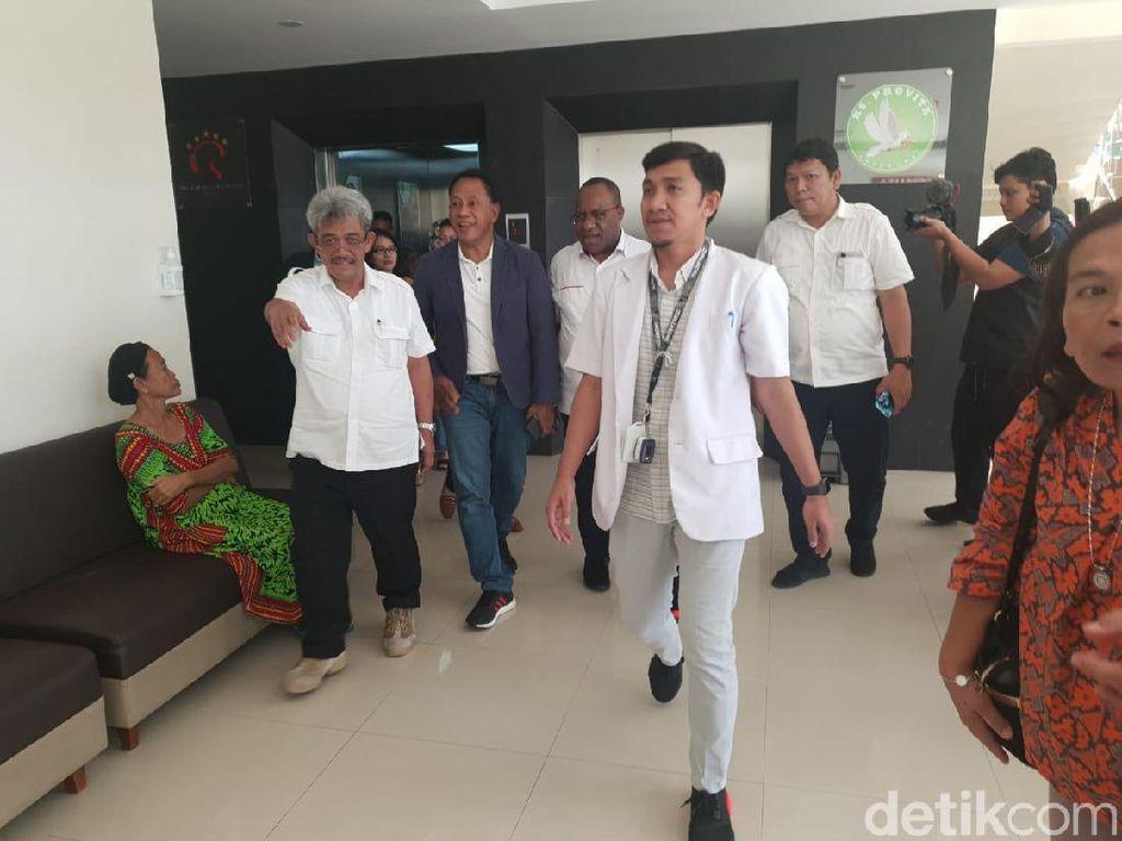 Wakil Menteri PUPR Jenguk Korban Penyerangan di Papua
