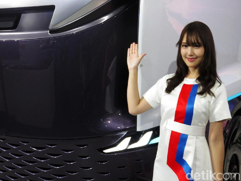 Senyum Manis Gadis Jepang di Tokyo Motor Show
