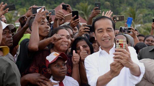 Presiden Joko Widodo dan Ibu Negara Iriana menyambangi Taman Kota Senja di Kabupaten Kaimana, sebuah kabupaten yang terletak di
