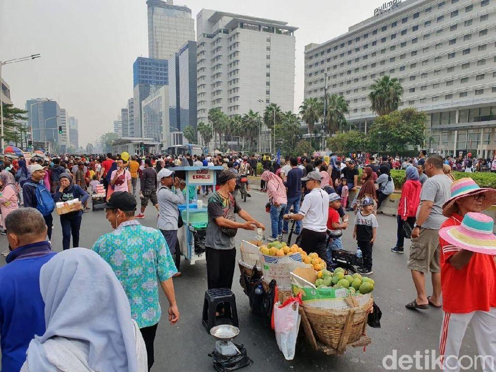 PKL di CFD Bundaran HI Jualan di Tengah Jalan, Masyarakat Terganggu