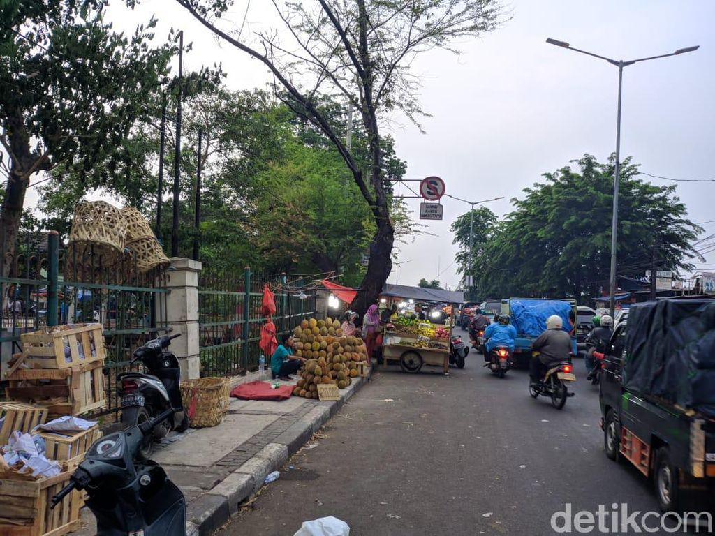 Pak Anies! Tolong Tertibkan PKL di Jl Raya Bogor Kramat Jati yang Bikin Macet