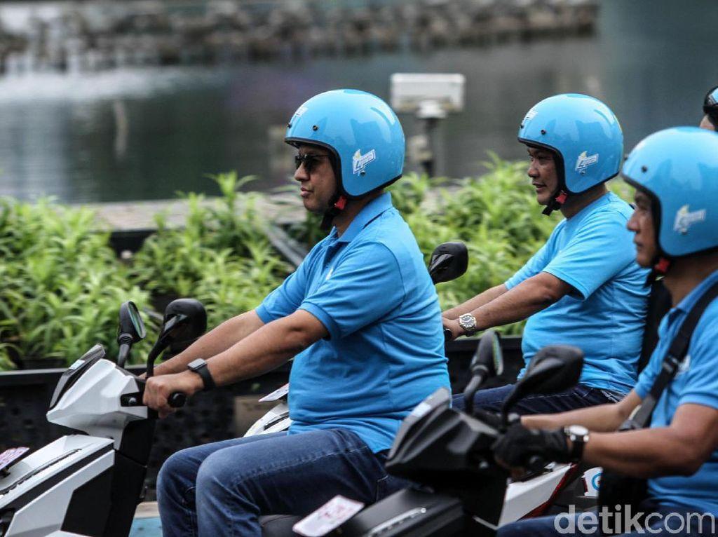 Anies Ikut Konvoi Kendaraan Listrik di Jakarta Naik Gesits